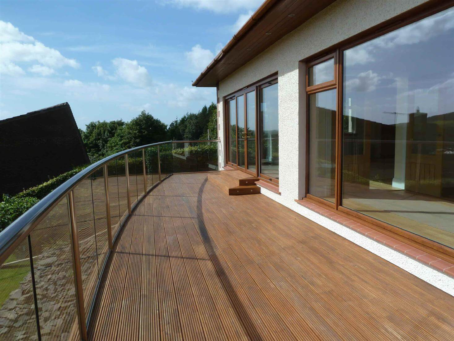 Curved balcony in glass glass balustrades balcony systems for Balcony balustrade