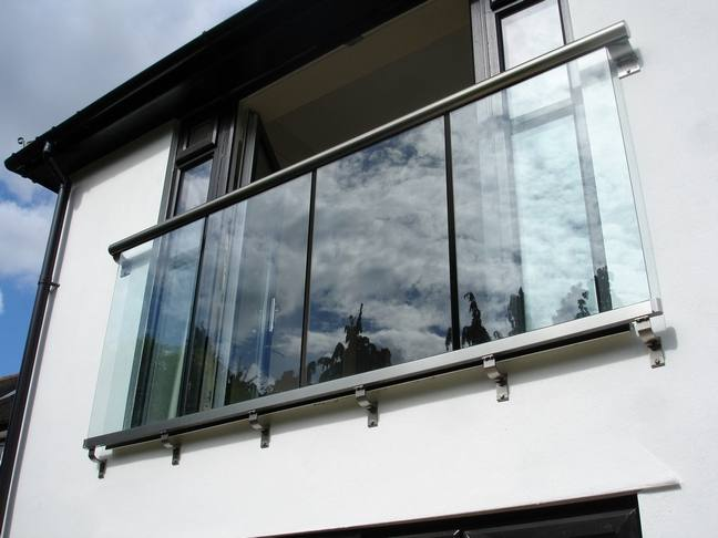 Glass balustrades juliet balconies curved glass for Balcony barrier